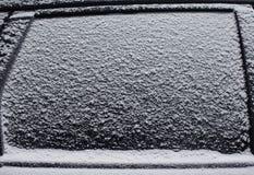 冻汽车侧面窗雪,纹理结冰的冰玻璃背景 库存照片
