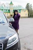 汽车俏丽的妇女 免版税库存图片