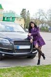 汽车俏丽的妇女 免版税库存照片