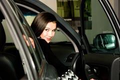 汽车俏丽的妇女 库存照片