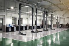 汽车保养货物汽车集中内部推力三 汽车的电推力在serv 免版税库存图片