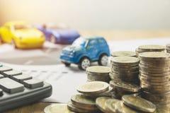 汽车保险和汽车服务概念 到达天空的企业概念金黄回归键所有权 库存照片