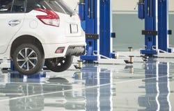 汽车保养货物汽车集中内部推力三 汽车的电推力在serv 免版税库存照片