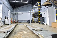 汽车修理公司中心 在推力的黑SUV 复制在的空间 库存图片