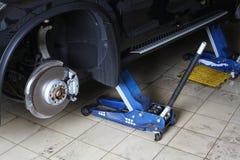 汽车修理公司 在起重器的汽车 库存图片