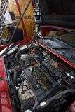 汽车修理工起重机从汽车去除了引擎 库存照片