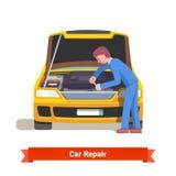 汽车修理师修理引擎在汽车服务站 免版税库存图片