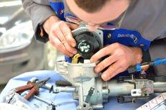 汽车修理师修理方向盘专栏 图库摄影