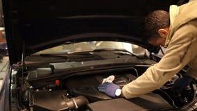 汽车修理师在他的车间 影视素材
