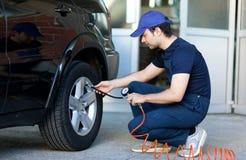 汽车修理师在工作 免版税库存图片
