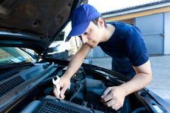 汽车修理师在工作 库存图片