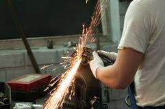 汽车修理师在工作 免版税库存照片