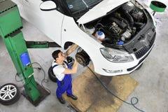 汽车修理师在车间,汽车修理工作 免版税库存照片