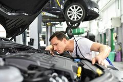 汽车修理师在车间-引擎修理和诊断在ve 免版税库存照片