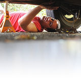 汽车修理师工作 免版税图库摄影
