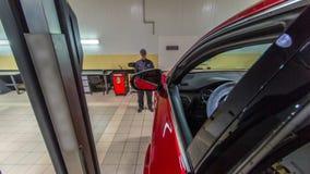汽车修理师推进红色汽车从推力到车轮调整在修理服务站timelapse的反挠度检查 影视素材