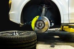 汽车修理师改变的轮胎 免版税库存图片