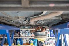汽车修理师流失老润滑剂机器润滑油 免版税库存图片