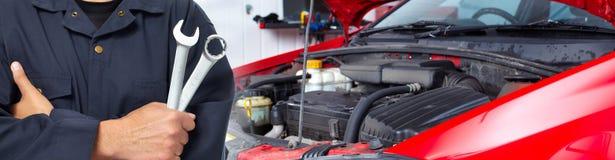 汽车修理师的手有板钳的在车库 免版税库存图片