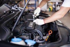 汽车修理师的手 免版税库存照片
