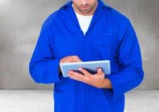 汽车修理师的综合图象使用数字式片剂的 库存图片