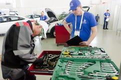 年轻汽车修理师通过竞争阶段 秋明州 免版税库存图片