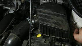 汽车修理技工拧紧的汽车空气过滤器 股票录像