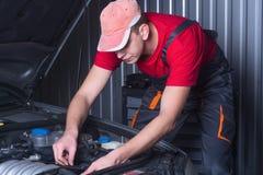 汽车修理服务的技工 免版税库存图片