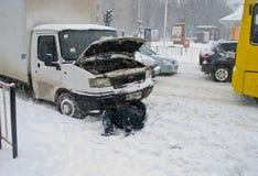 汽车的司机修理在雪 免版税库存照片