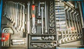 汽车修理的钥匙在汽车车间 免版税库存照片