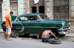 汽车修理葡萄酒的古巴哈瓦那人 库存照片