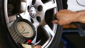 汽车修理轮子压力 影视素材