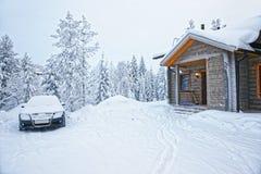 汽车停放了在一个木村庄在Ruka在芬兰在北极 库存图片