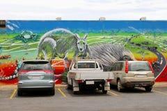 汽车停车处和五颜六色的都市街道艺术,爱丽斯泉,澳大利亚 免版税库存图片
