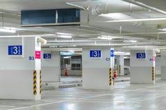 汽车停车处标志,在停车库内部, ne的地板第3级 库存照片