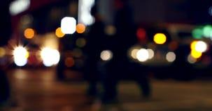 汽车光五颜六色的bokeh在交通信号的在街道上在晚上4k 股票录像