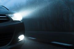 汽车光到黑暗里 图库摄影