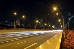汽车光在晚上在新加坡市 库存照片