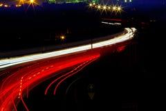 汽车光在晚上路的红色和白色落后 库存照片
