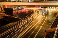 汽车光在路的用交通堵塞在晚上在曼谷 免版税库存图片