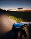 汽车光在黑暗中 库存图片
