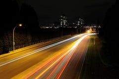 汽车光足迹在晚上 库存照片