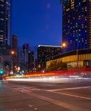 汽车光足迹在街道上的在城市在晚上 图库摄影