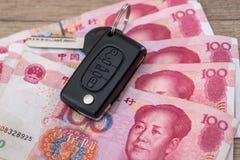 汽车关键说谎在100元票据 免版税库存图片