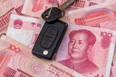 汽车关键说谎在100元票据 免版税库存照片