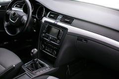 汽车内部现代 方向盘,仪表板,车速表,显示 免版税库存图片