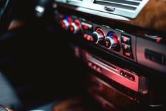 汽车内部看法有皮革沙龙的 免版税库存照片