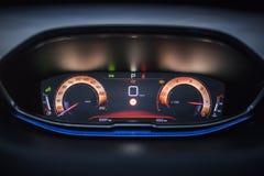 汽车内部:与仪表板显示的数字仪器盘区 免版税图库摄影