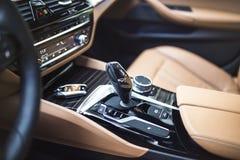 汽车内部:有拨号盘、按钮和齿轮瘤的现代中央控制台 库存图片
