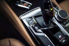 汽车内部:现代中央控制台细节有拨号盘、按钮和齿轮瘤的 免版税图库摄影